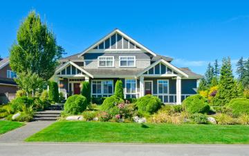 обоя города, - здания,  дома, газон, дом, дорога, деревья, кусты, особняк, трава, дизайн, голубое, солнце, небо, тротуар