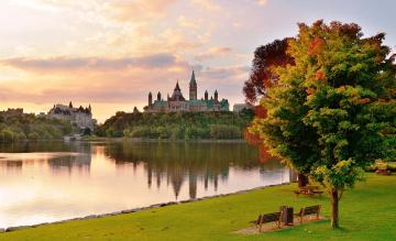 обоя города, оттава , канада, парк, деревья, осень, озеро, трава, скамейки, дворцы