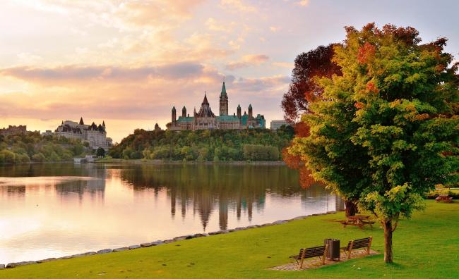 Обои картинки фото города, оттава , канада, парк, деревья, осень, озеро, трава, скамейки, дворцы