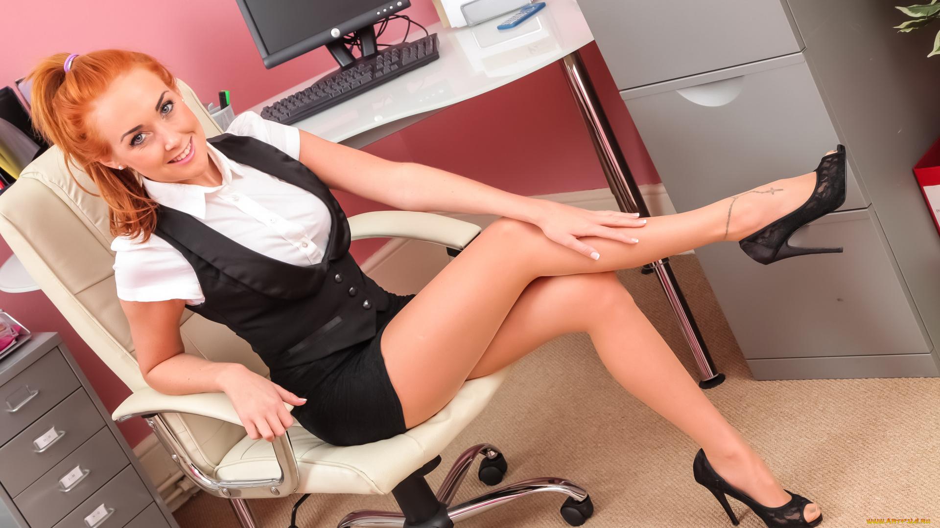 Секс секретаршей на работе в белых чулках
