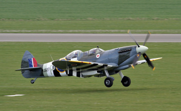 Картинка spitfire+tr авиация боевые+самолёты поле самолёт