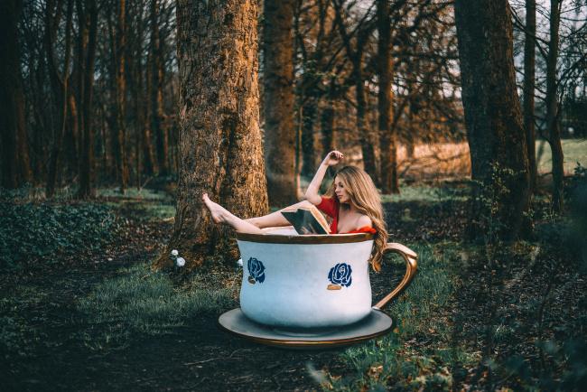 Обои картинки фото юмор и приколы, чашка, лес, девушка, книга