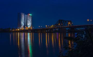 обоя вьетнам, города, - мосты, водоем, освещение, фонари, деревья, отражение, небоскреб
