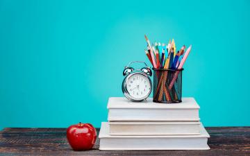 обоя разное, канцелярия,  книги, красочный, часы, книги, карандаши, стол, фон, цветные, будильник, яблоко