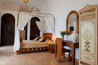 Картинка интерьер спальня постель кровать трюмо