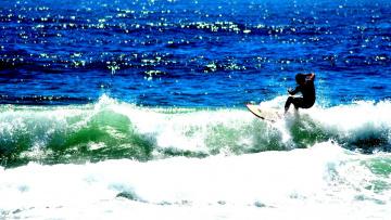 Серфингист на гребне волны загрузить