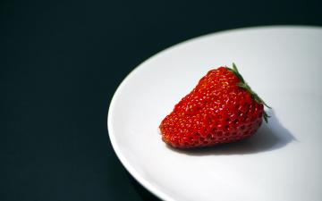 обоя еда, клубника,  земляника, одиночка, тарелка, ягода