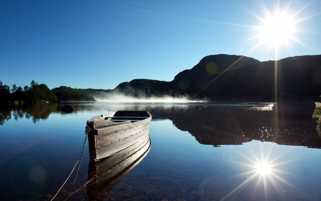 Обои картинки фото корабли, лодки,  шлюпки, лучи, солнечные, туман, река, лодка