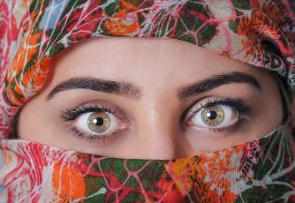 обоя разное, глаза, платок, макияж
