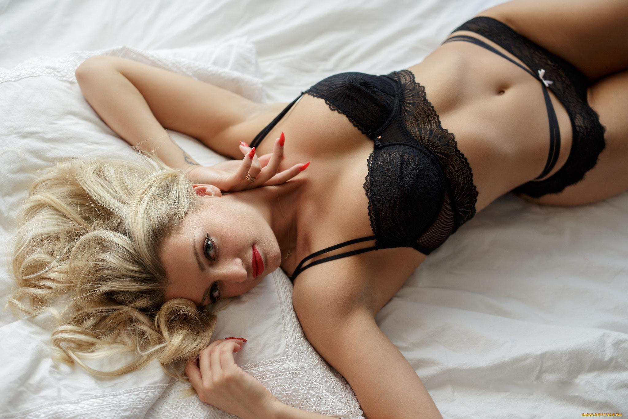 Девушки в красивом нижнем белье в кровати блондинки 3