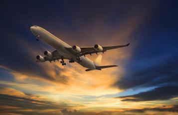 обоя авиация, авиационный пейзаж, креатив, облака, в, небе, зарево, летит, самолет, пассажирский