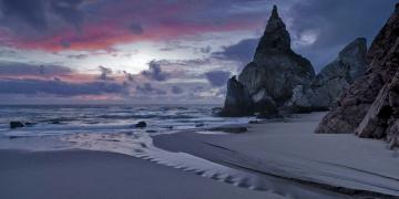 Картинка природа побережье берег море закат сумерки вечер португалия скалы тучи прибой песок облака небо