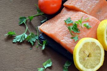 обоя еда, рыба,  морепродукты,  суши,  роллы, петрушка, помидор, лимон, зелень, цитрусовые, кусок