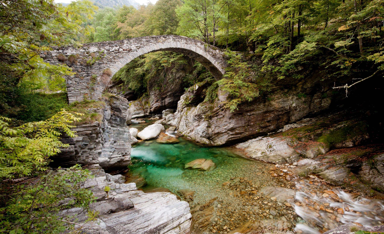 Мост через речку в ущелье  № 2239424  скачать