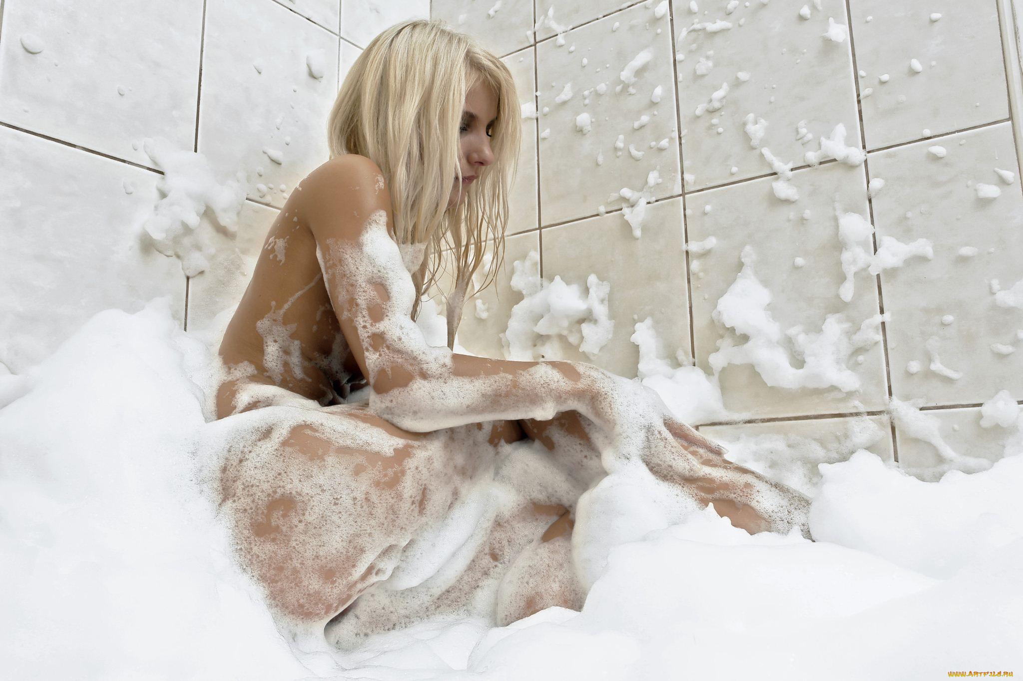 частная фотосессия в ванной блондинка улыбка рассказывали