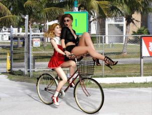 Картинка 3д+графика люди+ people велосипед фон взгляд девушки