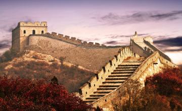 обоя великая китайская стена, города, - исторические,  архитектурные памятники, деревья, осень, стены, ступени, башня