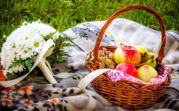 обоя еда, фрукты,  ягоды, корзинка, букет, хризантемы, виноград, яблоко, банан