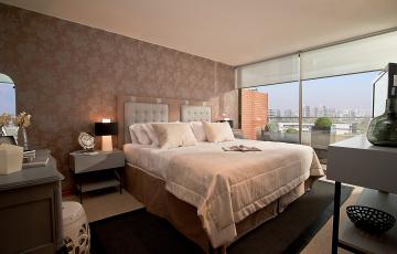 Картинка интерьер спальня кровать подушки окно часы