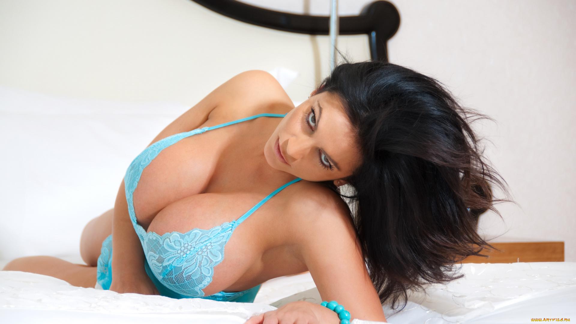 Смотреть как сосут грудастые тёлки, Групповой минет от сисястой телки порно видео онлайн 14 фотография