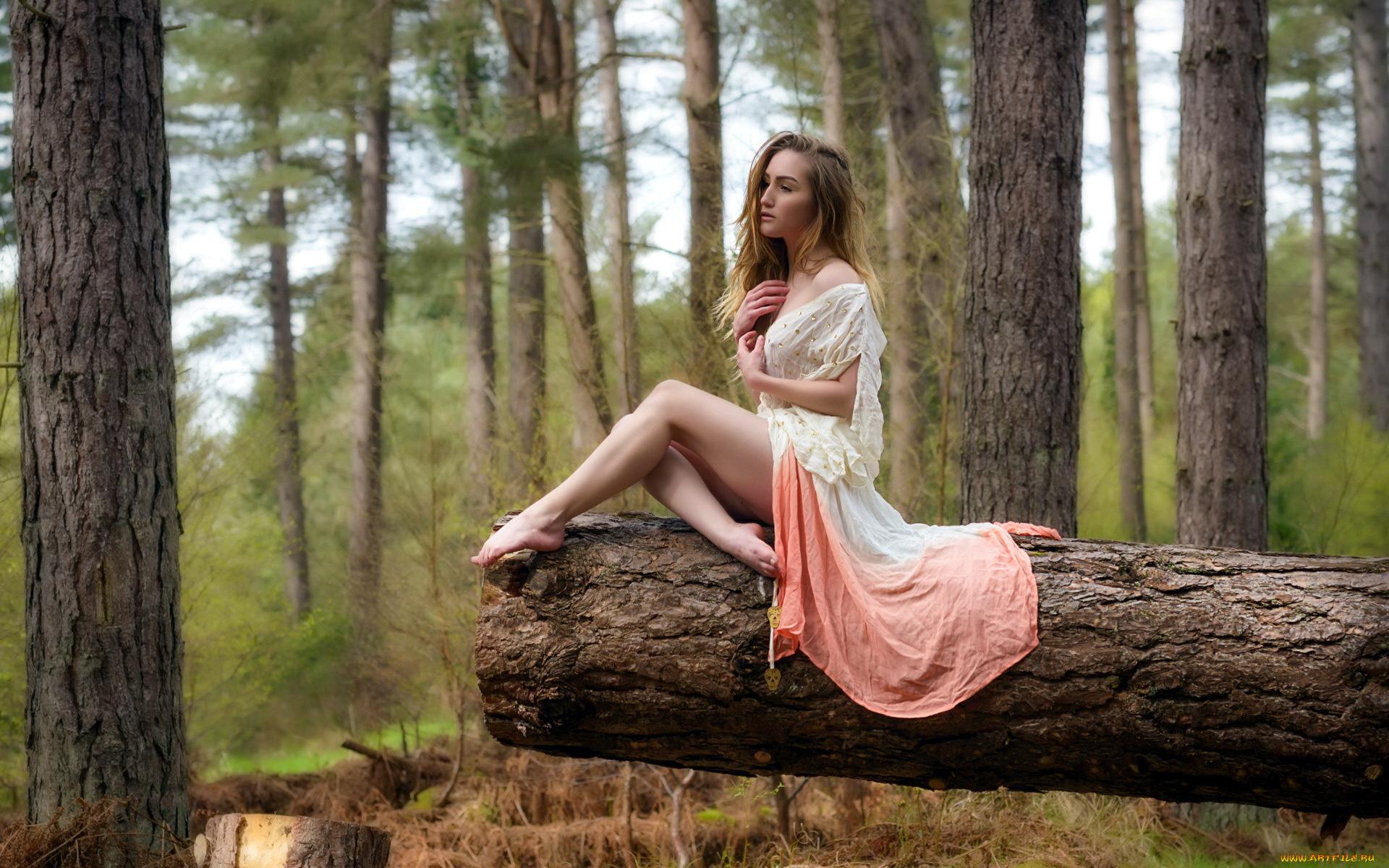 Девушка у дерева загрузить
