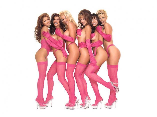 стриптиз красивой девушки в розовой футболке