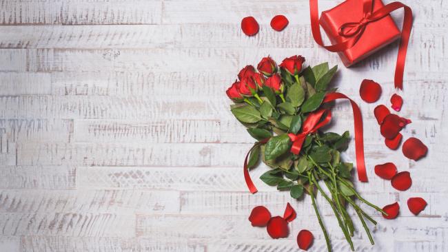 Обои картинки фото праздничные, день святого валентина,  сердечки,  любовь, roses, gift, valentine's, day, hearts, красные, розы, romantic, wood, love, red