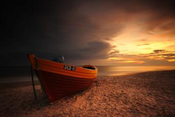 Картинка корабли лодки +шлюпки закат jacek lisiewicz небо облака песок море лодка