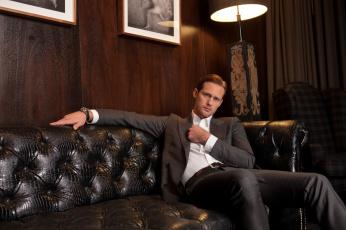 обоя alexander skarsgard, мужчины, alexander skarsg&, 229, rd, актер, костюм, комната, торшер, диван, картины