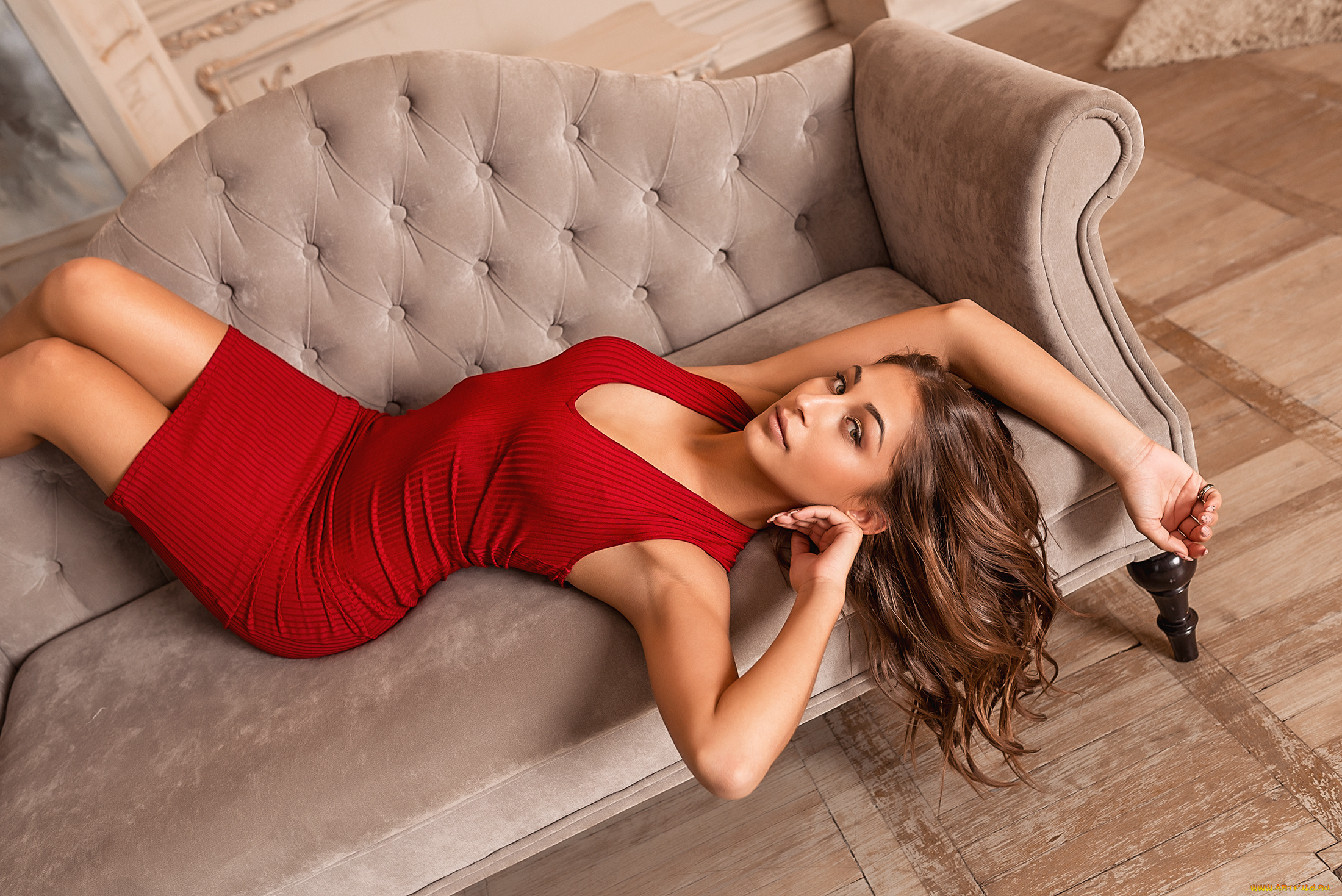 Эро фото девушек на красном диване, скрытая мини камера в женском туалете пляжи видео смотреть