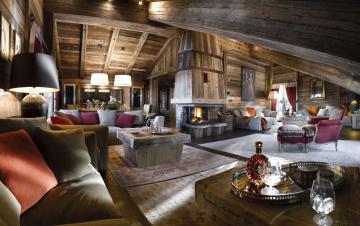Картинка интерьер гостиная диваны подушки кресла столики камин