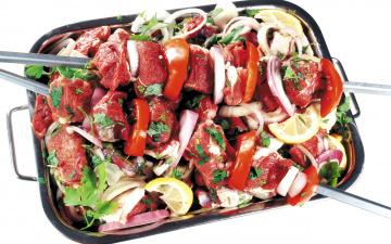 обоя еда, шашлык,  барбекю, лук, мясо, шампуры, лимон, помидоры