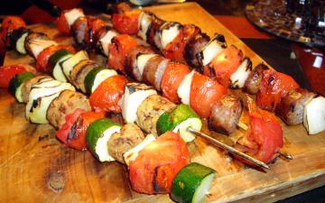 обоя еда, шашлык,  барбекю, мясо, помидоры, цуккини, шампуры