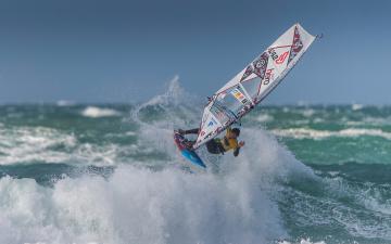 обоя спорт, серфинг, волны, море, парус, брызги, доска, виндсёрфинг
