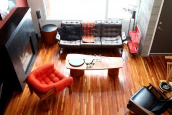 Картинка интерьер гостиная камин кресло диван столик