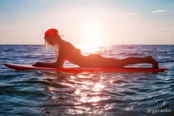 обоя спорт, серфинг, доска, фон, море, взгляд, девушка