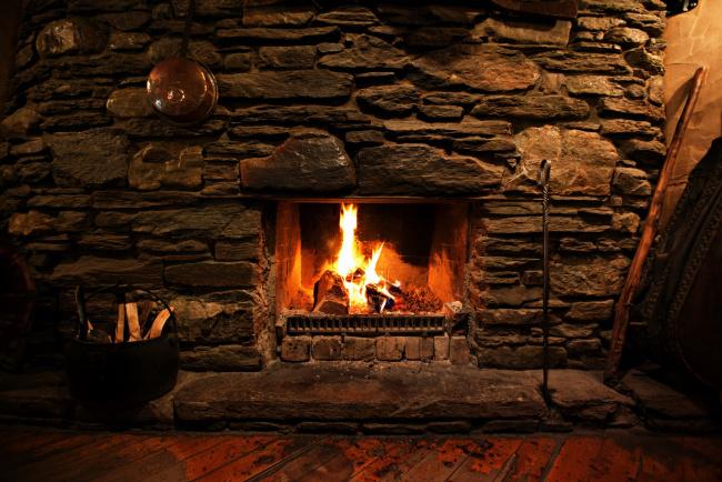 Обои картинки фото интерьер, камины, дрова, камин, каменная, стена, огонь
