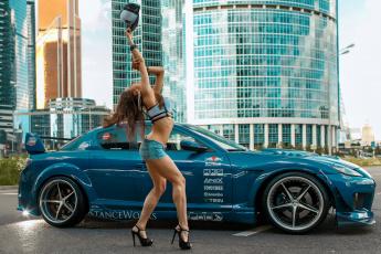 обоя автомобили, -авто с девушками, блеск, здание, улица, авто, туфли, шорты, кепка, девушка