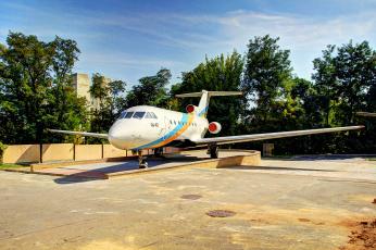 обоя авиация, памятник, самолёту, деревья, люк