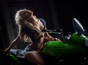 обоя мотоциклы, мото с девушкой, шорты, поза, блондинка, девушка, mezentsev, мотоцикл, туфли, топ, футболка