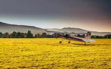 обоя авиация, лёгкие одномоторные самолёты, поле, самолет, трава, лес, дымка, солнечно, горы