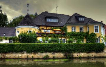 Картинка города -+здания +дома река растения вьющиеся флюгер дом башня антенна