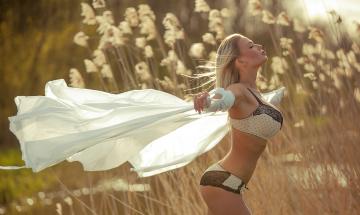 Картинка девушки fabienna+valentina fabienna valentina фигура поза блондинка ветер