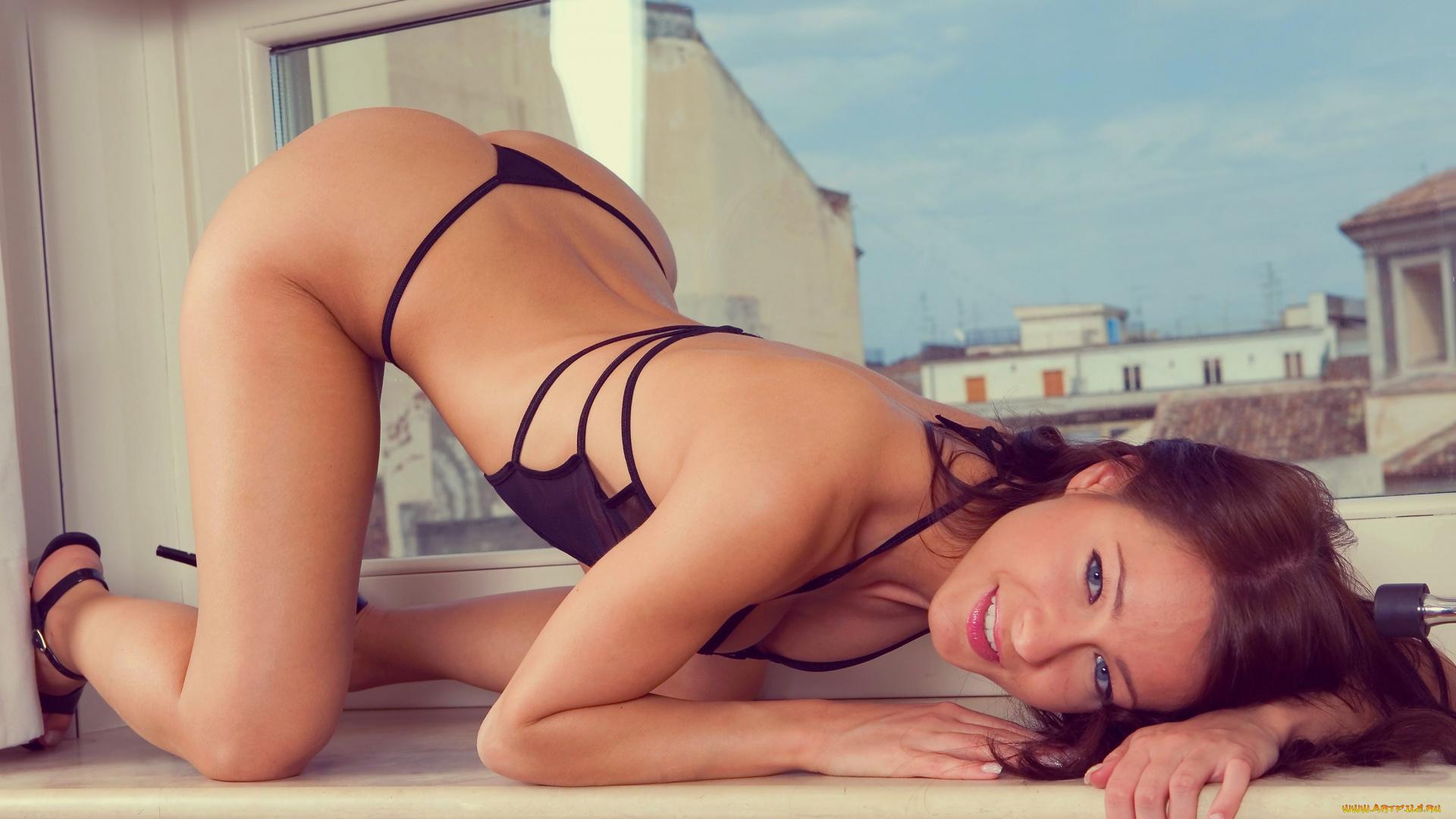 Фото девушек в стрингах на шпагате