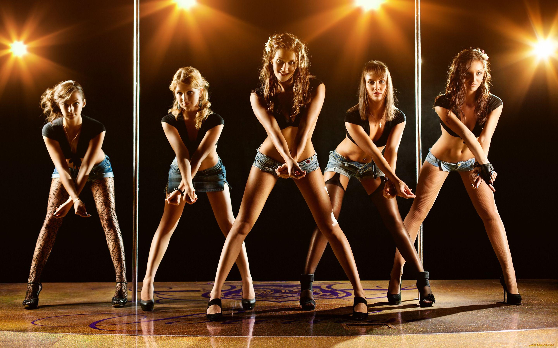 Волосатые девушки танцуют в стриптиз клубе