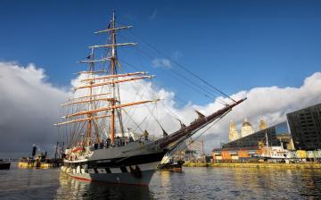 Картинка корабли парусники мачты гавань