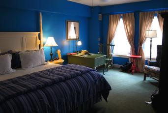 Картинка интерьер спальня подушки стол лампа шторы кровать