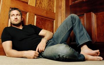 Картинка gerard butler мужчины угол футболка браслет джинсы