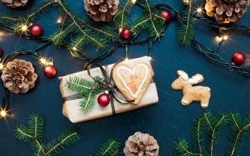 обоя праздничные, подарки и коробочки, ёлка, шарики, ветки, подарок, пряники, шишки, гирлянда