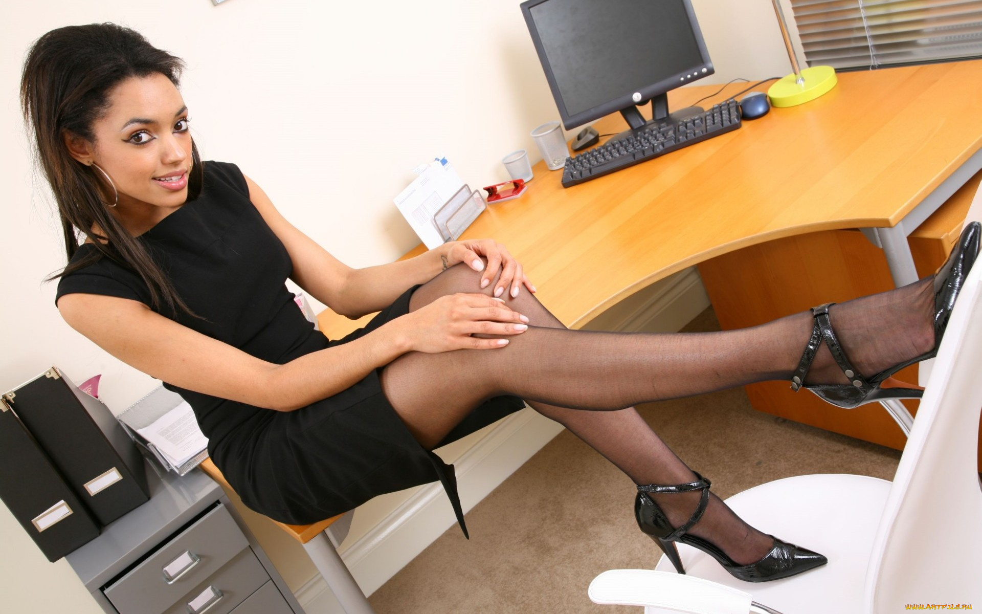 Секретарша на отдыхе, женщина и молодой пацан анал порно